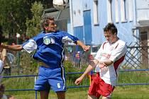 Momentka z divizního zápasu Třeboň - Votice (2:1). Agresivní Sedláček (vlevo) se v dresu Třeboně v tomto souboji vyšphal nad Malinu.  Třeboňští porazili v  kvalitním utkání Votice 2:1, Sedláček byl ve 22. minutě autorem druhé branky domácích.