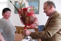 Ředitel jindřichohradecké nemocnice Jaroslav Vohnout ocenil zlatou dárkyni krve a zaměstnankyni nemocnice Jarmilu Maškovou.