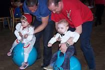 Děti se při karnevalu ve Dvorech nad Lužnicí bavily různými hrami.