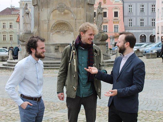 """Členové iniciativy za lepší řešení náměstí Míru nazvané """"Je to i tvoje město"""" - Filip Hauser, Matěj Šebek a Martin Vaněk."""