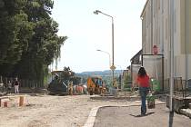 Ulice U Nemocnice v Jindřichově Hradci by měla být opravená do konce července.