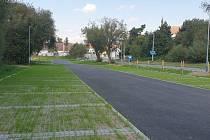 Povrch parkovacích míst se skládá z TTE roštů, které jsou zatravněny, případně vyplněny dlažebními kostkami.