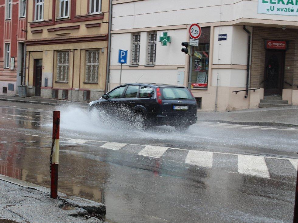 Táborská Budějovická ulice po dvouminutové průtrži byla plná vody. Za půl hodiny po ní nebyly ani stopy.