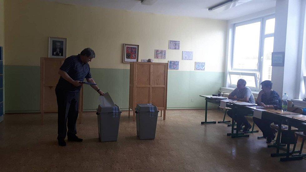 V jedné z volebních místností, které se nachází v 5. ZŠ na sídlišti Vajgar v Jindřichově Hradci, odvolil tajemník městského úřadu Karel Přibyl.