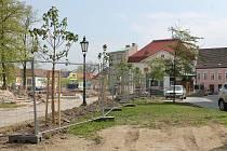 Při první etapě prací v jindřichohradeckých Husových sadech byly v prvních květnových dnech vysazeny nové stromy místo vykácených kaštanů.