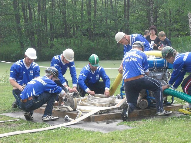 Příprava chlumeckých hasičů před útokem.