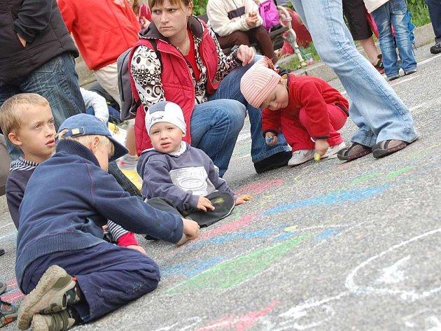 Děti v Nové Bystřici ve středu odpoledne pokreslily náměstí.