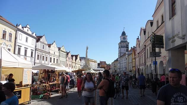 Na třeboňském náměstí je o prázdninách živo.