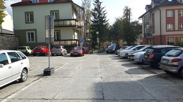 Pohled na nepřehledné parkoviště u Švecových kolejí v Hradci.