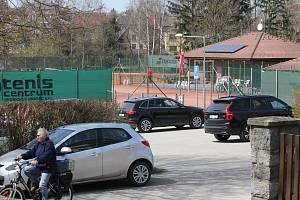 Město Jindřichův Hradec zakoupilo tenisový areál pod gymnáziem za částku bezmála osm milionů korun.