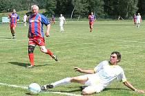 Na turnaji v Lásenici se v úvodním duelu střetli současní a bývalí hráči Rapidu. Na snímku při střelbě útočník  Jan Demeter, jeho pokus sleduje obránce Old Boys Miroslav Korbel.