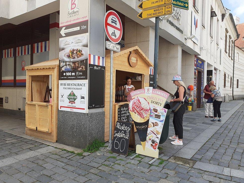 Podívejte, jak je krásně v centru Třeboně začátkem července.