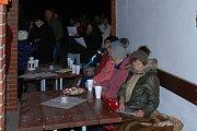 V Okrouhlé Radouni se při koledách sešli lidé také z Kostelní a Horní Radouně a také ze Starého Bozděchova.