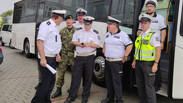 V rámci dopravně bezpečnostní akce policisté na Jindřichohradecku netradičně monitorovali kázeň řidičů z autobusu.