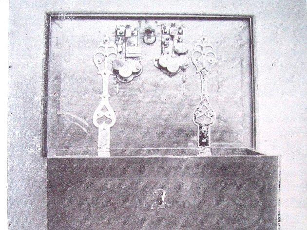 POKLADNICE cechu kovářského a kolářského, která pochází  z roku 1609.