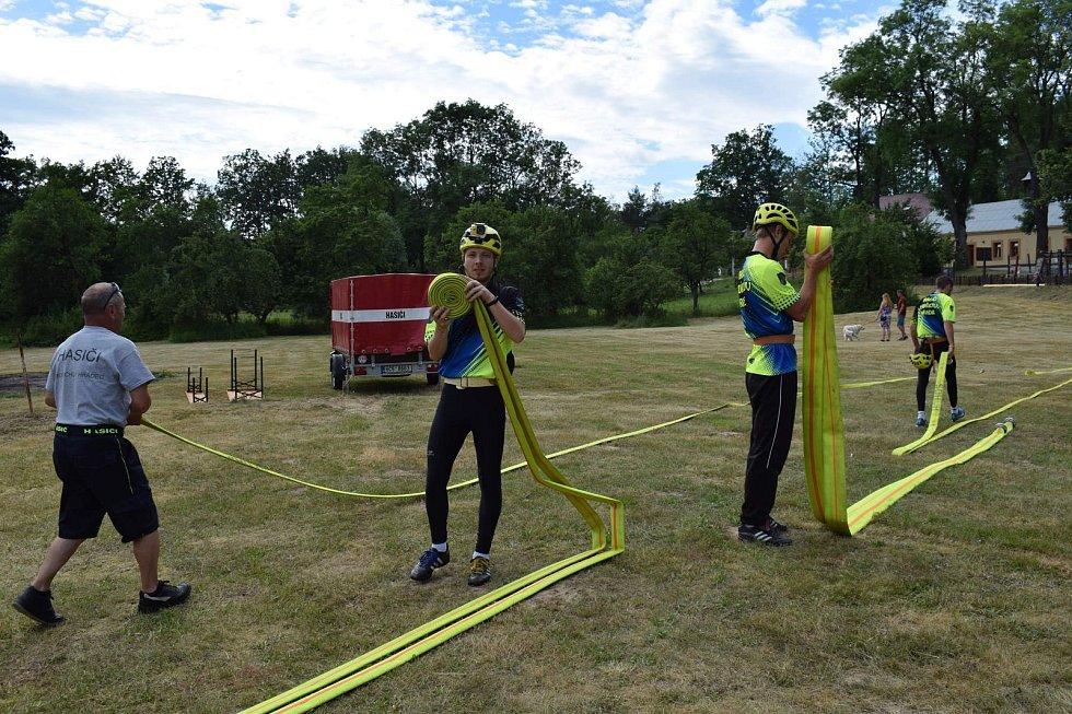 Dobrovolní hasiči poměřili své síly při tradiční soutěži v Dolním Skrýchově. Foto: Petr Kolář