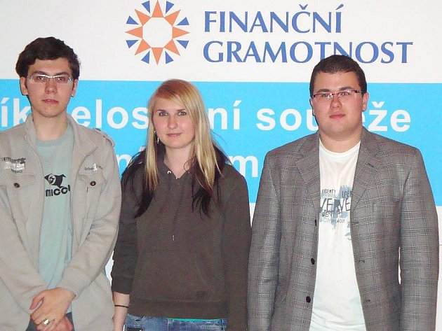 Studenti Milan Vláčil, Michaela Marsová a Petr Frassl (na snímku zleva) získali výborné druhé místo v celostátním kole soutěže Finanční gramotnost v České národní bance