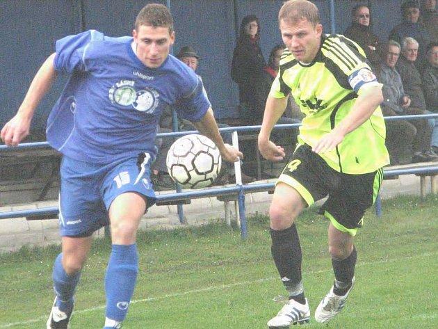 Na snímku z tohoto utkání  bojuje  domácí útočník Ondřej Hačka (vlevo) s pražským  Jiřím Machurou.