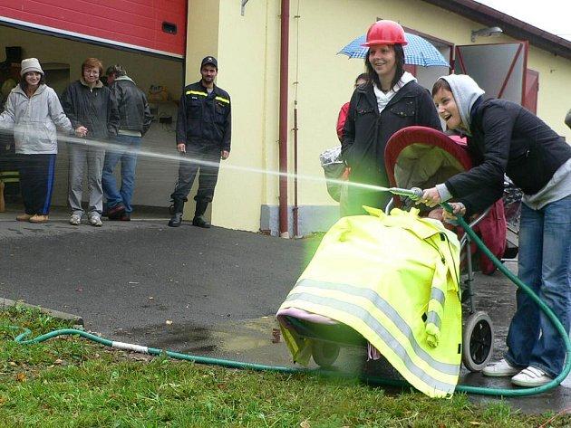 Hasiči z Branné u Třeboně potěšili děti ze stacionáře Světluška.