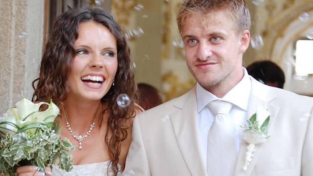 Hokejista Jan Marek a Lucie Vejslíková si řekli ano v jindřichohradeckém rondelu.