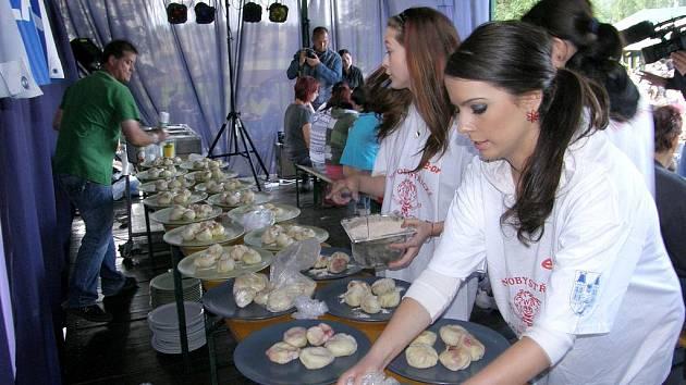 O víkendu se v Nové Bystřici uskutečnilo jahodobraní, na kterém kuchař navařil 3 333 jahodových knedlíků.