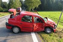 V neděli se u Lásenice srazila červená Dacia Logan s vozem Kia Carnival.