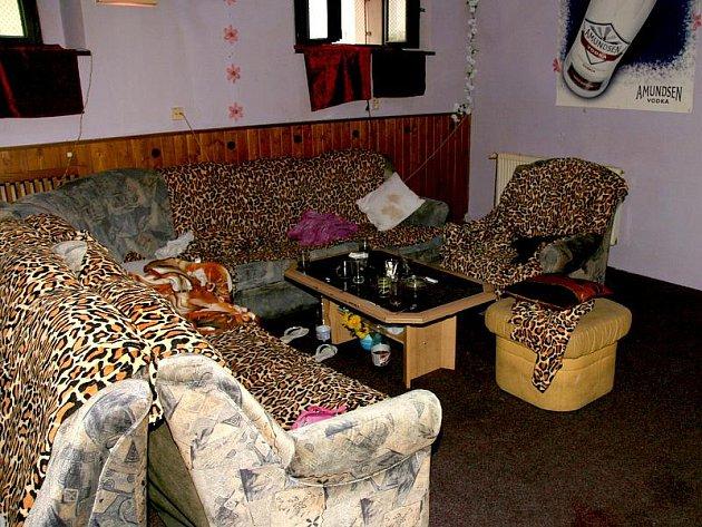 Pohled do interiéru nočního klubu v Jindřichově Hradci naproti kasárnám, kde se ve čtvrtel stala vražda. Tato sedací souprava se stala místem činu.