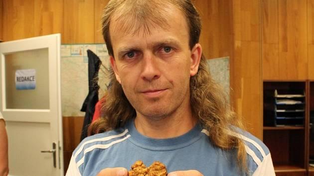 NETRADIČNÍ úlovek přinesl z lesa Jiří Koudelka z Bednárce. Bělolanýž obecný se nenachází právě často.