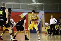 Basketbalisté Jindřichova Hradce porazili Brno 79:68. Skvělý zápas odehrál Malcolm Brooks (u míče).
