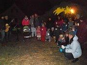 V Děbolíně si koledy přišli lidé zazpívat k betlému.