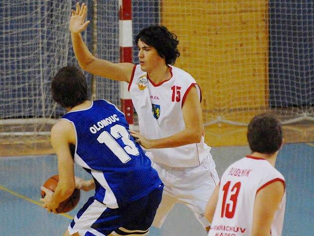 Odchovanec jindřichohradeckého basketbalu Petr Houška (vpravo)  bude i v nadcházející sezoně hájit barvy BK J. Hradec ve druhé nejvyšší tuzemské soutěži.