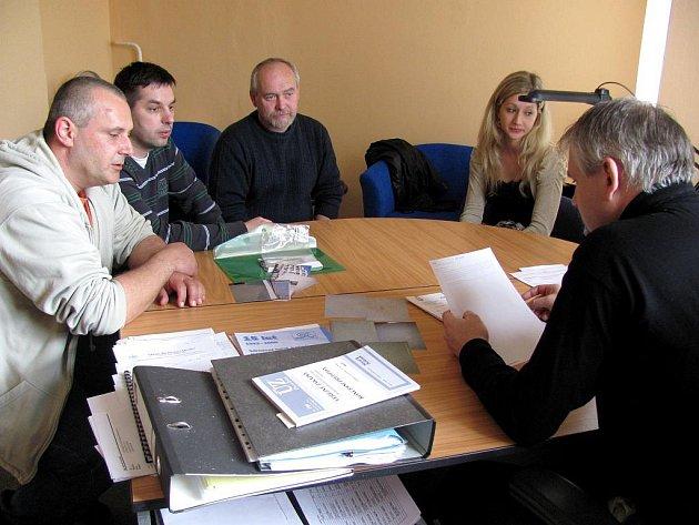 Obyvatelé bytů sousedících s veřejným hřištěm se sešli s místostarostou Bohumilem Komínkem kvůli petici za pořádek na sídlišti.