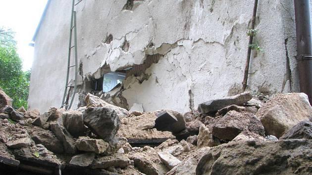 V Hluboké nad Vltavou se ve čtvrtek ráno zřítila skála na dům.