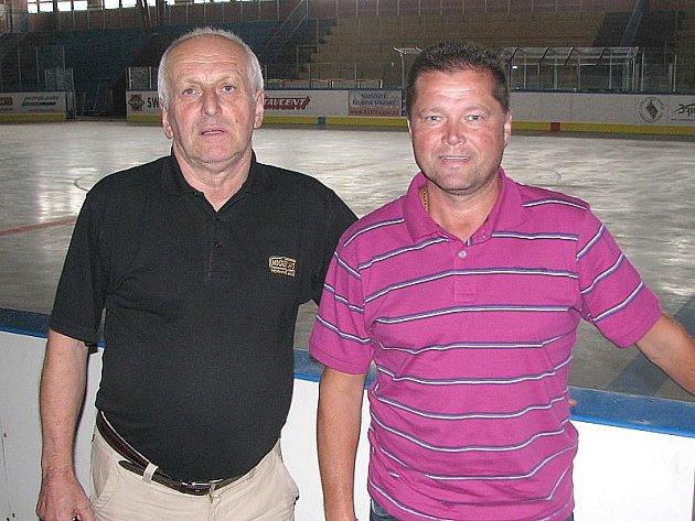 Nový trenér Vajgaru Václav Kmoníček (vpravo) si v doprovodu šéfa klubu Františka Dvořáka prohlédl jindřichohradecký zimní stadion.