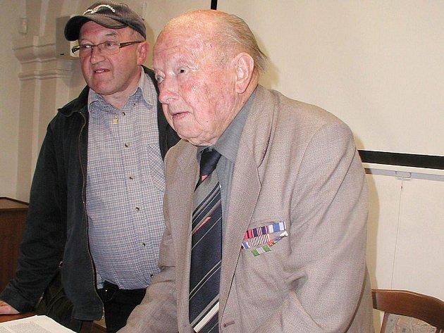 Válečný veterán bojů na Východní frontě rotmistr Antonín Šulák (vpravo) a člen KHL J. Hradec Vladimír Kos z Třeboně krátce po besedě v Jindřichově Hradci.
