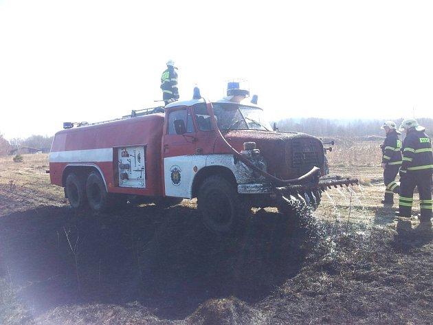 Zásah profesionálních a dobrovolných hasičů z Jindřichova Hradci při požáru suché trávy na vojenském cvičišti.