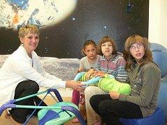 SNOEZELEN. V dačické základní škole v Neulingerově ulici mají pro děti novou relaxační místnost, která slouží za využití hudby, světla a tepla pro navázání komunikace terapeutem. Na snímku jsou děti s pedagogickou asistentkou Zdeňkou Dědičovou.