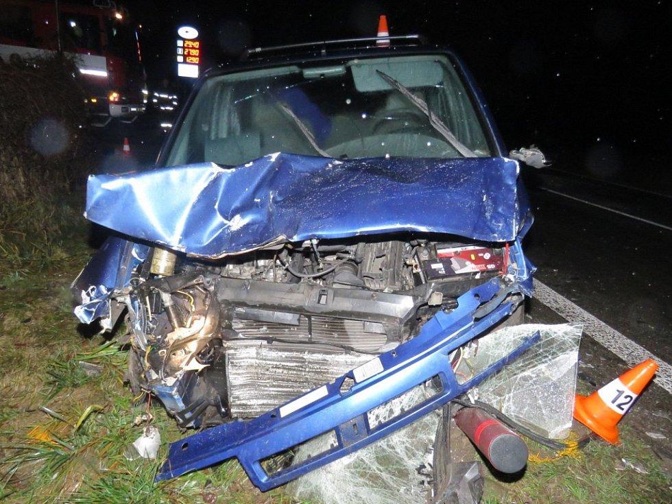 U čerpací stanice u Rodvínova se v sobotu střela tři auta, následky byly tragické, jeden člověk zemřel a šest lidí utrpělo zranění.