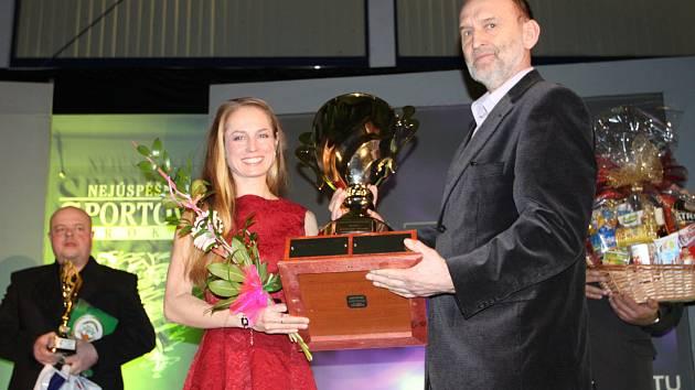 Pavla Schorná zvítězila v anketě  za rok 2016. Trofej jí předává předseda okresního sdružení ČUS Jindřich Švec.