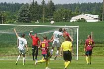 Fotbalisté Nové Bystřice porazili Starou Hlínu (v bílém) 5:2 a zahrají si finále OP poháru.