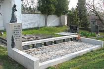 Nové opravený společný pomník na starém hřbitově v Dačících šesti občanům, kteří zahynuli krátce po skončení 2. světové války při odklízení munice.