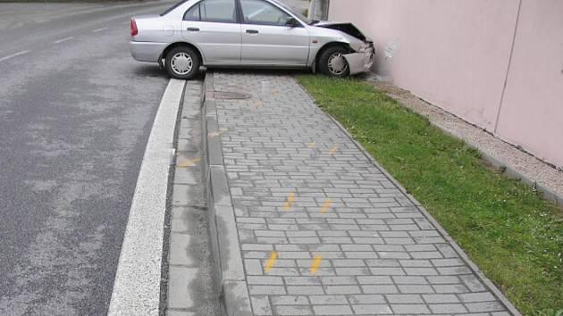 Auto, které zranilo v Tušti chodce, se zastavilo o zeď domu.Škoda na autě je 30 tisíc a na zdi tisíc korun.