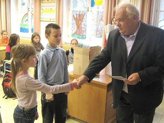 Certifikát z rekordu Malujeme největší ulici na světě předal dětem 2. základní školy v J. Hradci místostarosta města Alfred Němec .