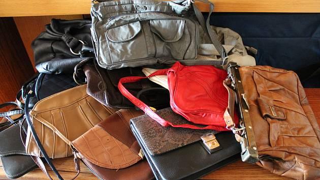 V redakci Jindřichohradeckého deníku stále sbíráme kabelky, knížky a bižuterii.