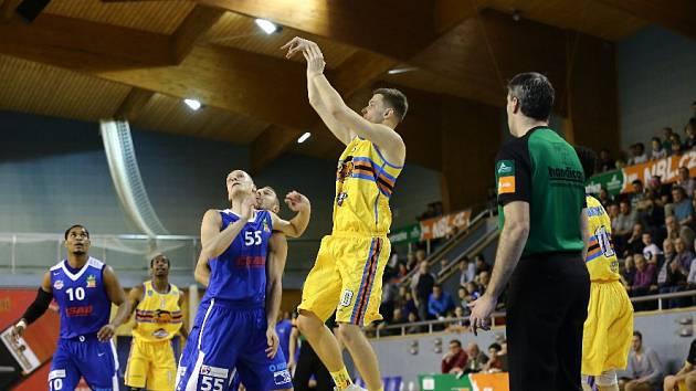 PŘITUHUJE. Dalibora Faita (vpravo) brání při střelbě ostravský Svetozar Popovič (č. 55). Dnes přijede Brno.