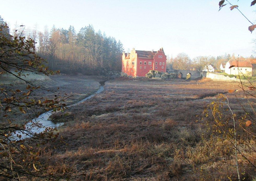 Zámecký rybník u renesanční Červené Lhoty bez vody jen protékající Dírenský potok v prosinci 2020.