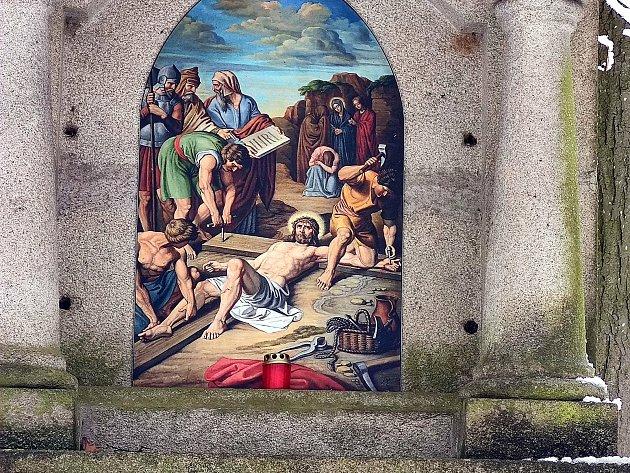 Křížová cesta ke kostelu svatého Jakuba vJindřichově Hradci. Pán Ježíš přibit na kříž.