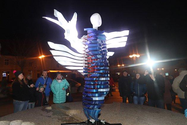 Anděl vytisknutý na 3D tiskárně vloni zářil na Masarykově náměstí vJindřichově Hradci.Letos bude tradice pokračovat.