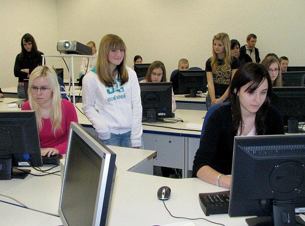 Soutěž v psaní na stroji v Obchodní akademii v Jindřichově Hradce.