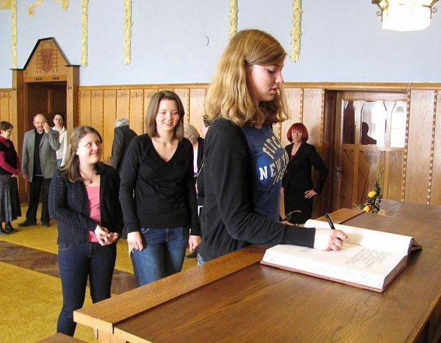 Studenti z Neckargemündu, partnerského města Jindřichova Hradce se podepsali do pamětní knihy.